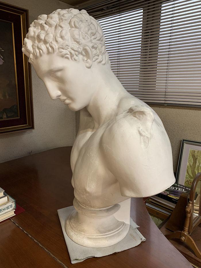 作者はプラクシテレスでモチーフはギリシャ神話のヘルメス神。神々の知識を伝える神。古代ローマ時代には通信と伝令の神になった。