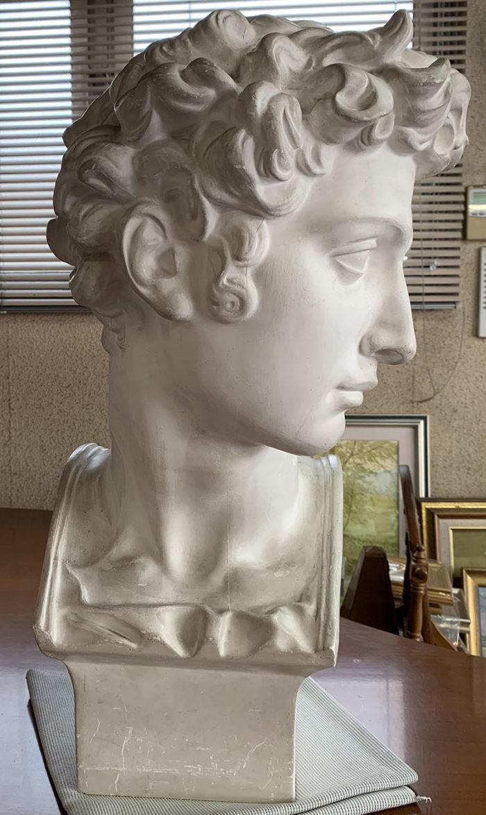 ミケランジェロの像はとても美化され、イケメンに造形されている。